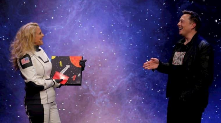 Elon Musk Ödül Töreninde Plak Aldı
